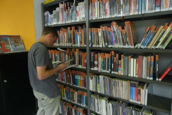 Uno de los alumnos en la biblioteca CIVICAN