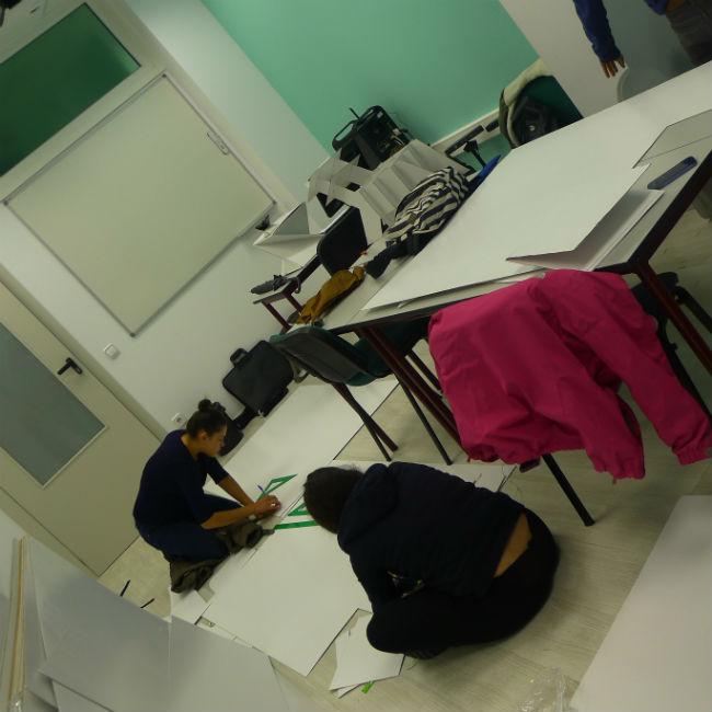 Los alumnos de Interiores han construido sillas con cartón
