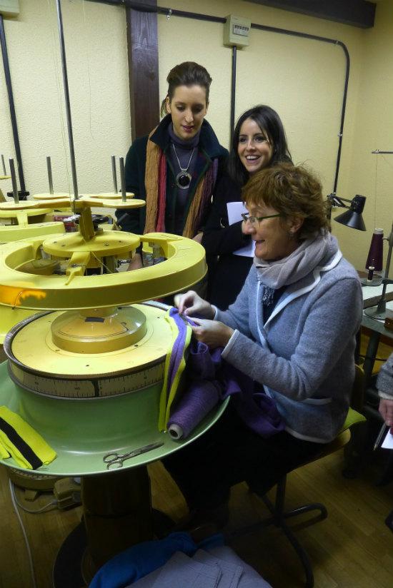 Alumnas de segundo de Diseño de Moda durante la visita a la fábrica de punto