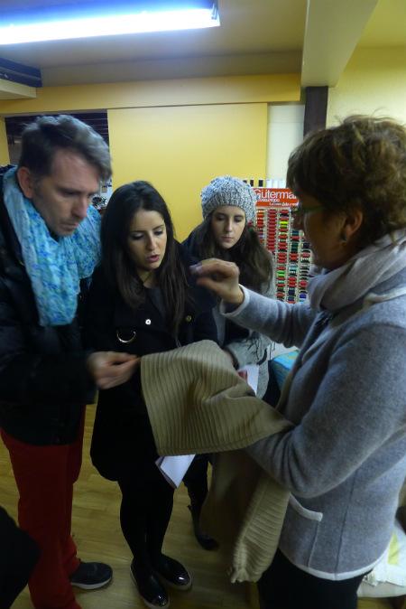 Los alumnos de Creanavarra conocen los acabados de las prendas de punto