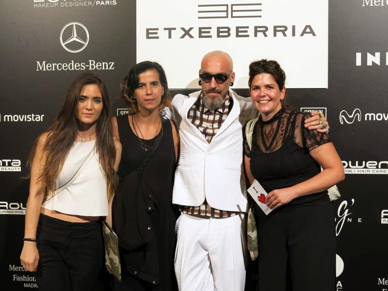 Nerea Badostain, Karlota Laspalas y Judit Ayestarán con diseñador Etxeberria después de su desfile en la Mercedes Benz Fashion Week Madrid