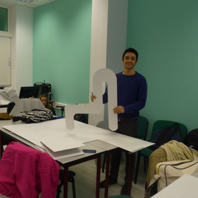 En la asignatura Ciencia aplicada al diseño han realizado sillas a partir de cartón
