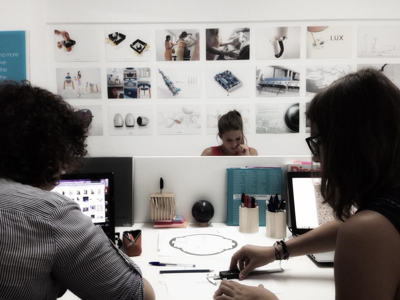 Diseñadores de producto trabajando en LarripaStudio