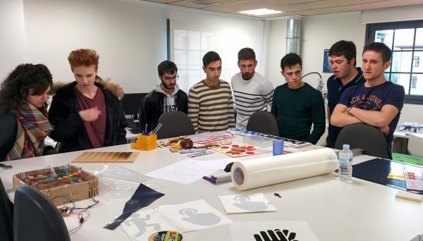 Alumnos de Creanavarra Centro Superior de Diseño durante su visita al Deusto FabLab